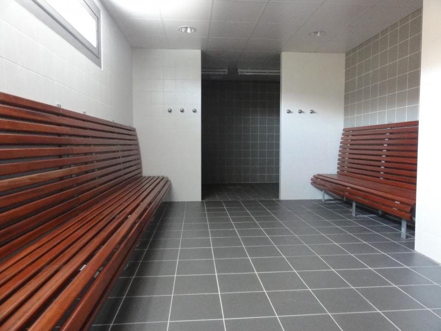 vestiaire salle de sport bancs bois